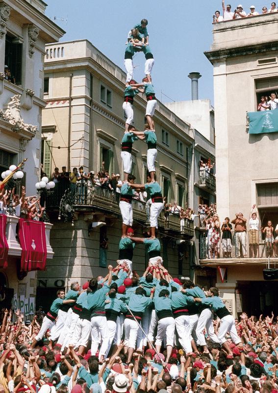 Castellers de Vilafranca - primera torre de nou amb folre carregada