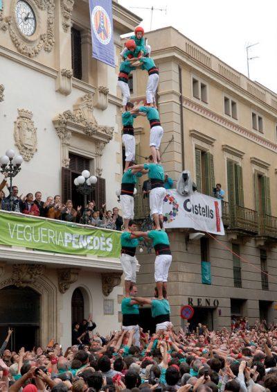 Castellers de Vilafranca - primera torre de vuit descarregada