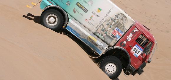 camió enmig de les dunes del Dakar